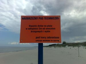 Polish-Russian border line on the beach (by Wyksztalciuch)